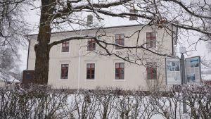 Svedbergska skolan i vinterskrud.