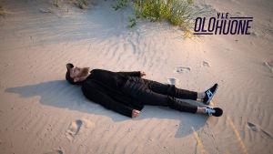 Samuli putro rannalla makaa promokuvassa.