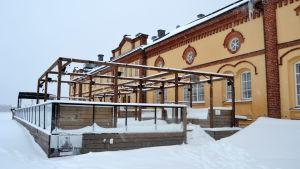 Terrassen som hör till uteserveringen vid Kuntsi museum i Inre hamnen i Vasa är insnöad.