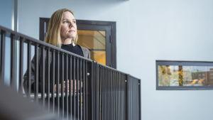 Lapsiasiavaltuutettu Elina Pekkarinen katselee ulos.