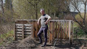 En man vid en kompost.
