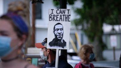 En demonstrant håller i en skylt där det står I can't breath