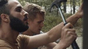 Tareq (Boodi Kabbani) och Leevi (Janne Puustinen) reparerar en terass.