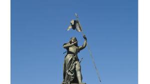 Ranskalaisten pyhimys ja kansallissankaritar Jeanne d'Arc Compiègnen kaupungintalon edustalla. Kuvanveistäjä on Etienne Leroux.