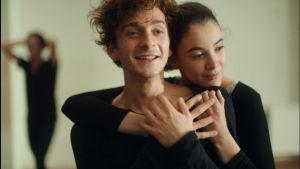 Merab (Levan Gelbakhiani) och Mary (Ana Javakishvili) kramar om varann under dansträningen.