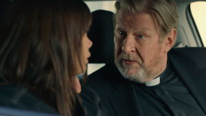 Rolf Lassgård i rollen som prästen Lasse sitter i en bil och talar med dottern Hanna.