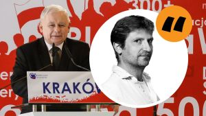 Jarosław Kaczyński står vid en talarstol med en Krakovskylt. På bilden finns kommentarsstämpeln och Gustaf Antells porträtt i svartvitt.