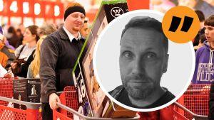 Shoppande människor med vagnar full med tv-apparter. Sebastian Bergholm är inklippt i bilden.