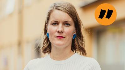Marianne Sundholm framför ett gul-oranget hus.
