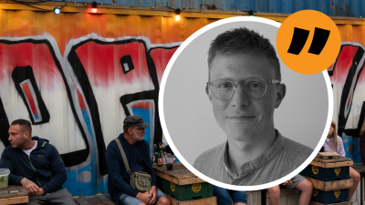 Lucas Dahlström med en dansk krog i bakgrunden