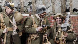 Tre soldater poserar med hjälmar och pistoler.