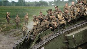 Soldater under första världskriget som åker på en pansarvargn.