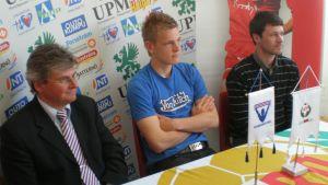 Liga Jaros styrelsemedlem Christer Eriksson, FF Jaros mittback Jonas Portin, Jaros vd Niklas Storbacka år 2009.