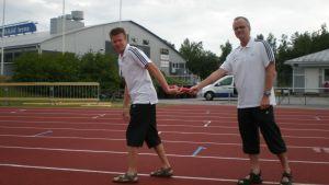 Tävlingsledaren Johan Storbjörk och organisationskommitténs ordförande Krister Aspfors är klara för stafettFM i Pedersöre