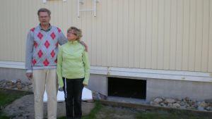 Anne och Arto Laiho framför sitt sanerade, nybyggda egnahem
