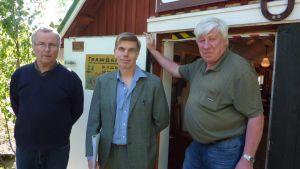 Svante Lindroth, Tom Lindblom och Berndt Gottberg utanför Degerby Igor.