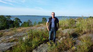 Föreningen Nylands friluftsområdens verksamhetsledare Henrik Sandström på Rävberget i Kopparnäs.