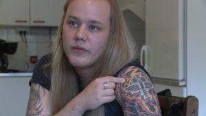 Magnus Beijar visar sin tatuering.
