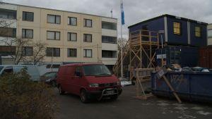 rakentajien kontit taloyhtiön pihalla