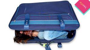 nukkuva nainen matkalaukussa