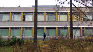 Roland går förbi Båtsmans skola