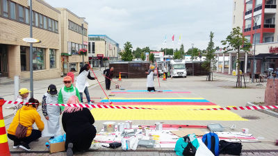 Kemin Easy Living tapahtumassa maalattiin räsymattoa kävelykadulle kesällä 2017.