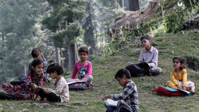 Lapset osallistuvat koulutunnille ulkoilmassa.