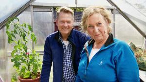 Mette Stensholt Schau tillsammans med Tom Egeberg Hvål i ett växthus.