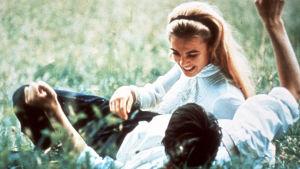 Sixten Sparre och Elvira Madigan i en sommarhage i filmen Elviar Madigan från år 1967.