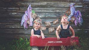 Två barn (tvillingar) i en lite bil.