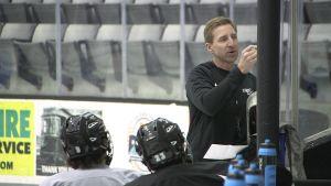 Tränaren Nate Leaman ritar upp matchstrategin för spelarna i Providence på amerikanska östkusten.