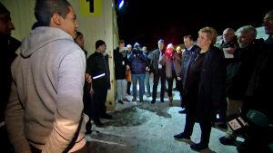 Erna Solberg samtalar med asylsökande i Nord-Norge hösten 2015.