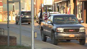 En bil med amerikanska flaggan kör på gatan i West Virginia.