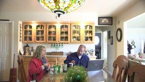 John Paul och Karen Hott äter middag hemma i Petersburg, West Virginia.
