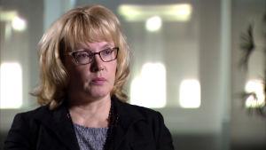 Sari Koivuniemi undrar varför de privata vårdföretagen anställer filippinska sjukskötare när det finns arbetslösa närvårdare i Finland.