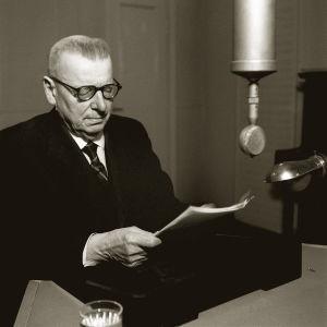 J. K. Paasikivi pitämässä radiopuhetta 27.12.1949