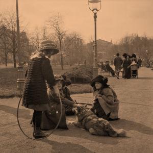 Tyttöjä Esplanadinpuistossa 1912