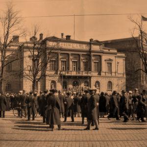 Yl Vanhan ylioppilastalon portailla 1918.