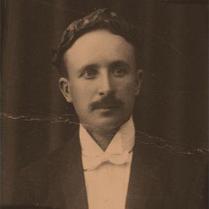 Väinö Pesola maisterina 1919.