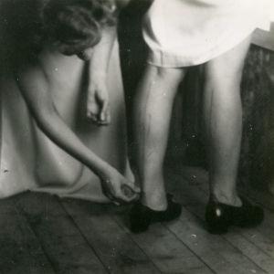 Meri Louhokselle maalataan saumat sääriin 1945 kesällä.