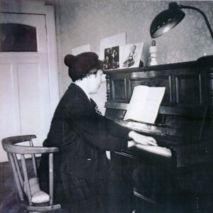 Meri Louhos soittaa Pekka Salomaan pianolla Berliinissä 1962.