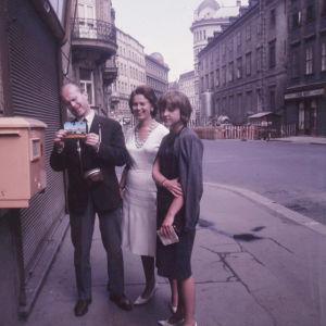 Matti Lehtinen lähettää Wienistä postikortin koto-Suomeen. Mukana rouva Lehtinen ja nuori pianistilahjakkuus Margit Rahkonen.