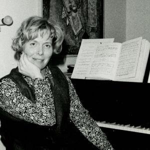 Meri Louhos pianon ääressä 1970.