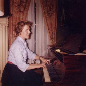 Meri Louhos harjoittelee kotonaan Eastmanissa 1960.