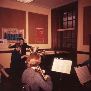 Meri Louhos opiskelee kamarimusiikkia Rochesterissa 1960.