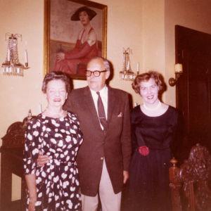 Meri Louhos ja Suomen konsuli Paloheimo puolisoineen Los Angelesissa 1961.