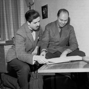 Kapellimestari Paavo Berglund ja viulisti Heikki Louhivuori 1961.