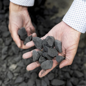 Kädessä teollisuuden jätteestä valmistettua biomursketta.