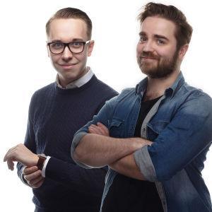 Oliwer Bäcklund och Ted Forsström poserar. Fotokollage från två separata foton.