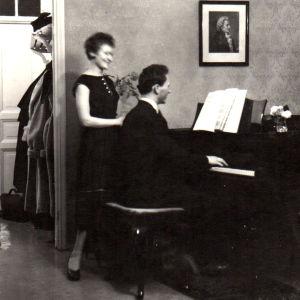Ritva Auvinen ja pianistiveljensä Raimo noin 1950-luvun puolivälissä.